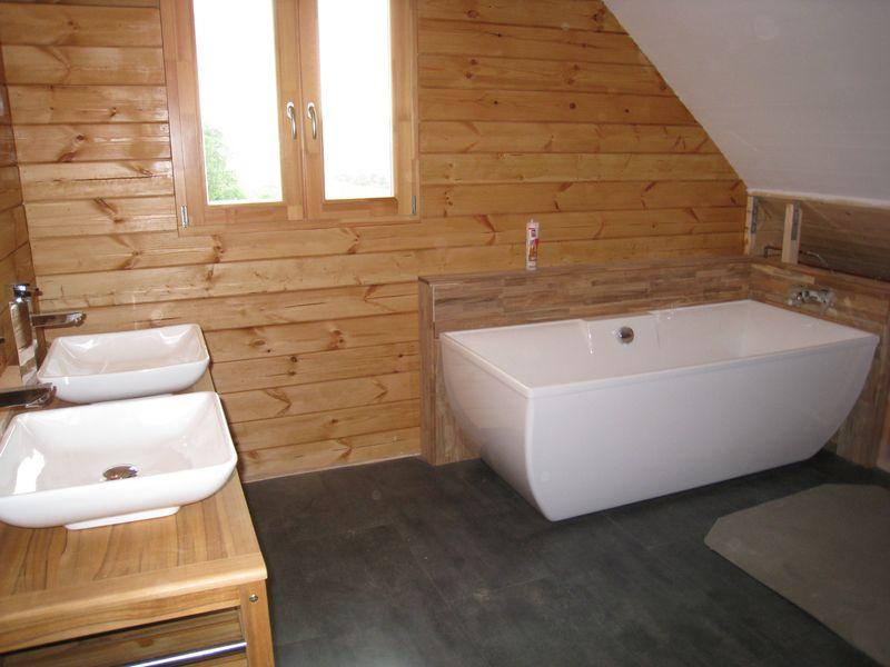 Finitions int rieures auto construction d 39 une maison en for Lambris bois dans salle de bain